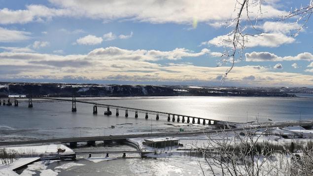 Le pont de l'île d'Orléans en hiver