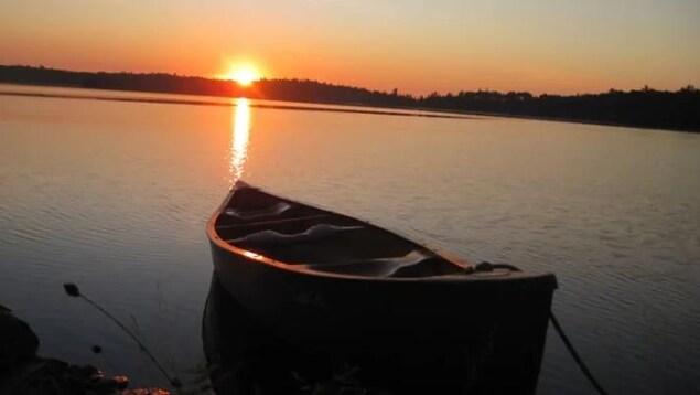 Un canot dans l'eau