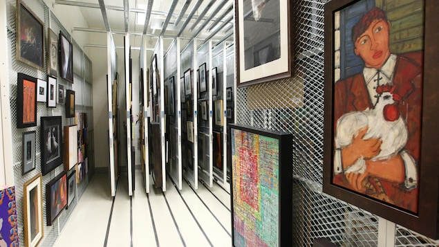 La réserve de l'Imageothèque de l'Université Laval. On y aperçoit des oeuvres figuratives, photographiques et abstraites.