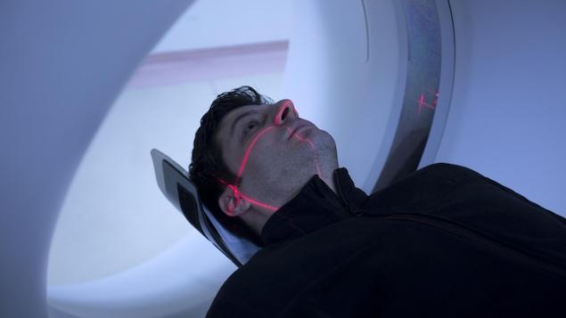 Un homme passe un examen de tomodensitométrie.