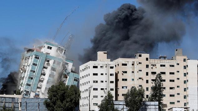 Un immeuble s'effondre après des bombardements.