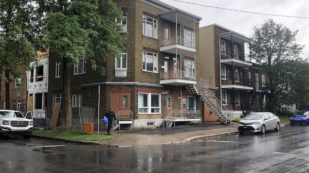 Un immeuble de plusieurs logements en briques brunes, dans le secteur Limoilou