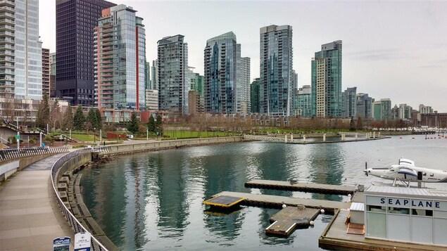 Des dizaines de tours résidentielles sont au bord de l'eau dans le quartier Coal Harbour à Vancouver
