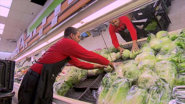Un Dominicain travaille dans un supermarché de Baie-Comeau.