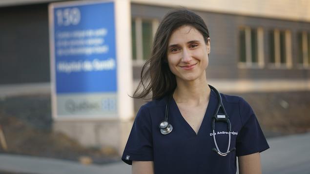 un medecin devant un hopital.