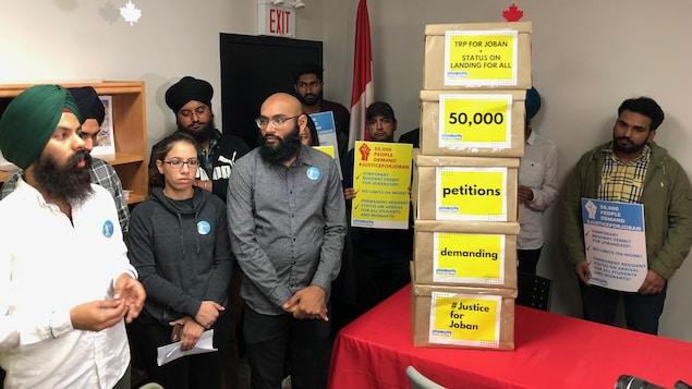 On voit une pile de boîtes de pétitions au bureau du ministre fédéral de l'Immigration, Ahmed Hussen.