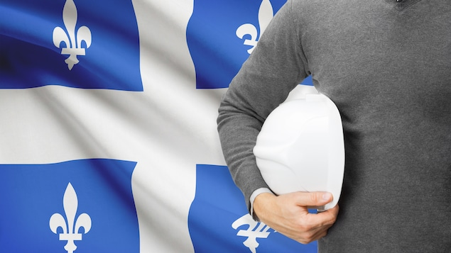Un drapeau du Québec et un travailleur