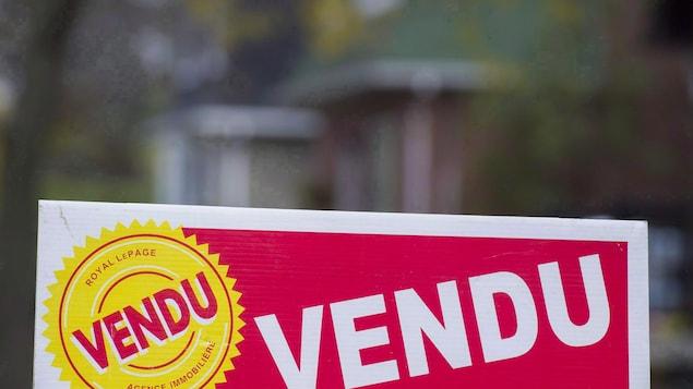 Une pancarte « vendu ».