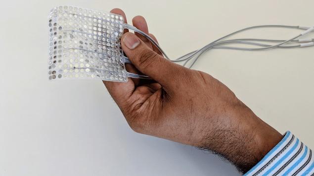 L'implant qui permet de reproduire des paroles synthétiques par ordinateur dans la main d'un chercheur.