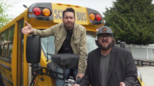 Capture d'écran d'un duo d'humoriste devant un autobus scolaire.