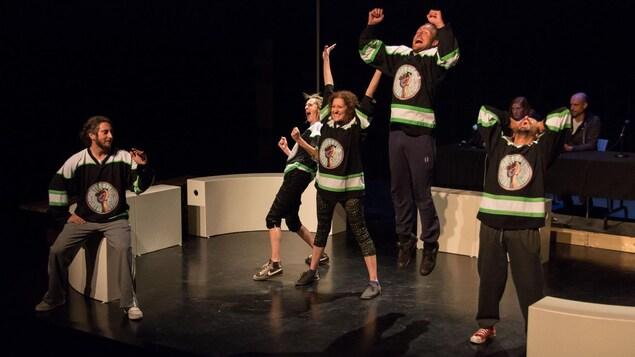 Les joueurs de l'équipe d'improvisation de la Baie-des-Chaleurs présentent une scène festive.