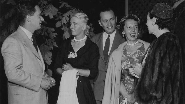 Davidson Dunton et Alphonse Ouimet discutant avec leurs femmes.