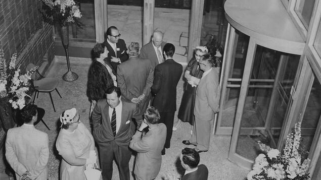 Les invités à l'inauguration de CBOFT Ottawa dans le hall d'entrée du nouveau bâtiment.