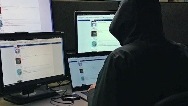 Un internaute navigue sur des forums.