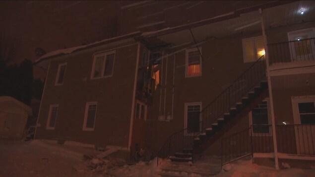 Un immeuble à logements abîmé par un incendie.