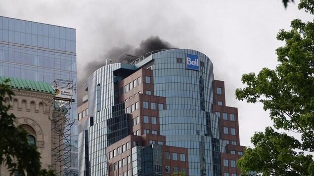 Un important incendie s'est déclaré dans un bâtiment du centre-ville de Montréal, vendredi après-midi.