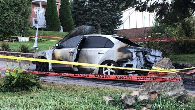 Un véhicule détruit par le feu.