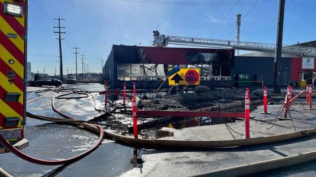Un bâtiment détruit par les flammes.