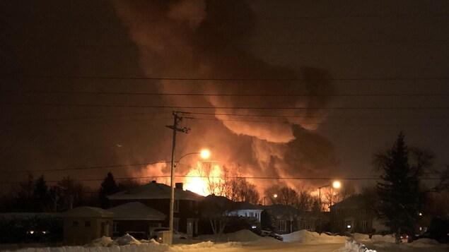 Le feu s'est déclaré vers 22 h sur la 5e Rue, dans une zone industrielle du secteur de Saint-Romuald.