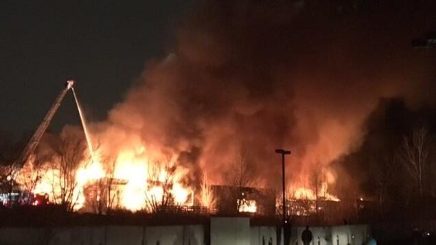 Un violent incendie suspect ravage une usine gatineau for Fenetre gatineau