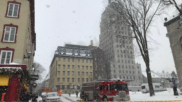 Les pompiers combattent un incendie à l'Hôtel Clarendon, dans le Vieux-Québec.