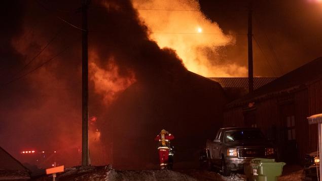 des flammes qui brûlent un étable