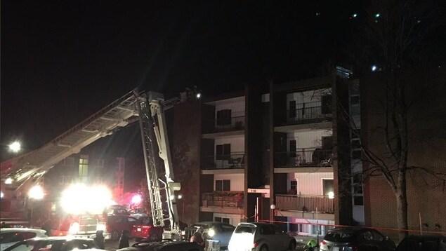 Plusieurs sinistrés dans l'incendie d'un immeuble à appartements — Québec