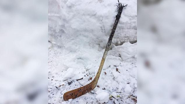 Ce bâton, offert par Mario Lemieux à Joé Juneau, est un des objets récupérés dans les débris de la résidence incendiée.
