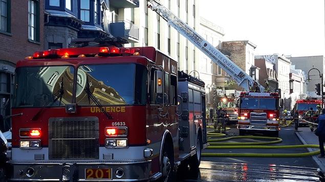 Intervention des pompiers à l'immeuble de logements Le Séjour, rue Saint-Jean, à Québec.