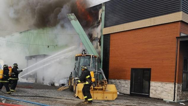 Des pompiers luttent contre un incendie.