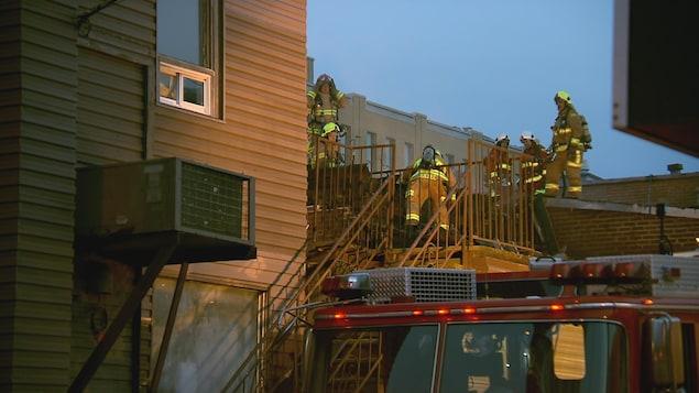 Des pompiers s'affèrent à éteindre les flammes