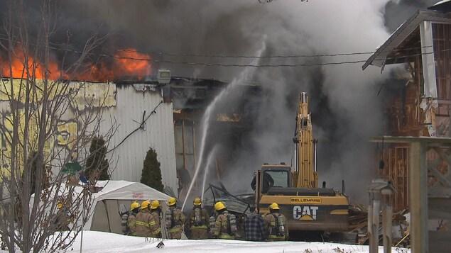 Le bâtiment est considéré comme une perte totale par les pompiers de Louiseville.