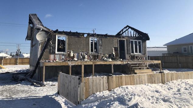 Une maison ravagée après un incendie.