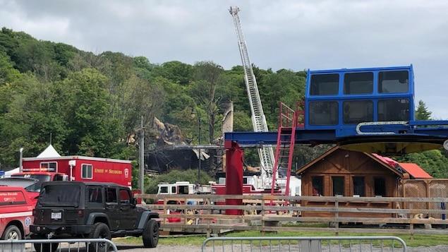 Des pompiers gèrent les dommages laissés par un incendie au centre de ski Mont Cascades, à Cantley.