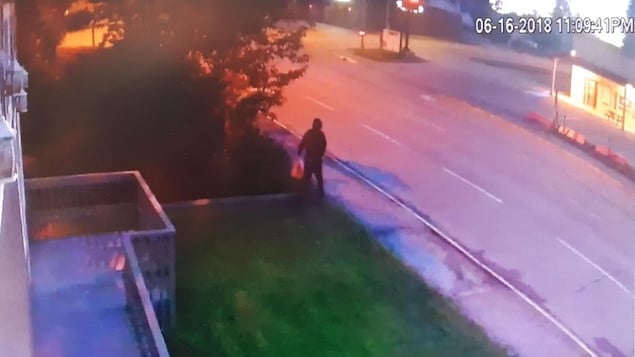 Capture d'écran d'une vidéo provenant d'une caméra de surveillance montrant quelqu'un portant un sac sortir de la mosquée quelques instants avant le début de l'incendie.