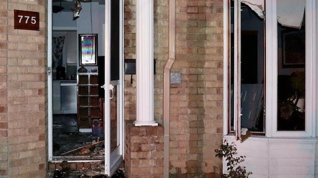 La façade d'une maison qui a pris feu.
