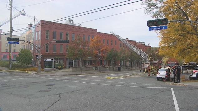 Les pompiers travaillent à éteindre l'incendie.