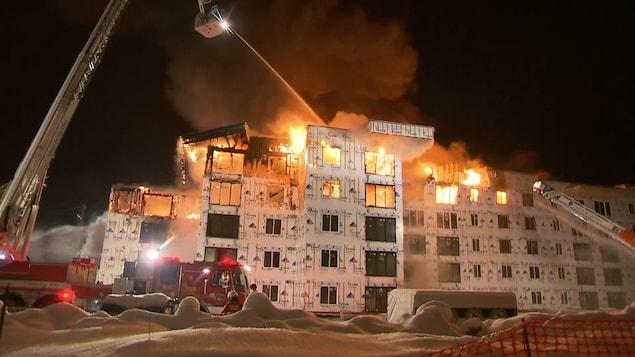 Les flammes ravagent un immeuble en construction de la rue Hannequin.
