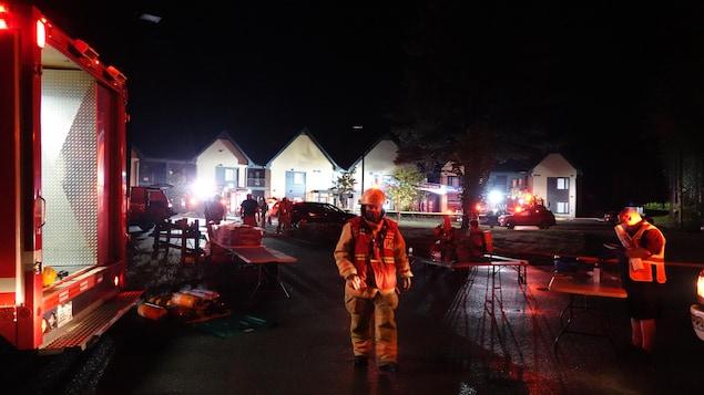 Des pompiers interviennent dans une rue résidentielle de Val-David.