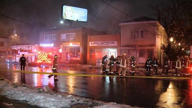Des pompiers sont déployés dans une rue lors d'un incendie