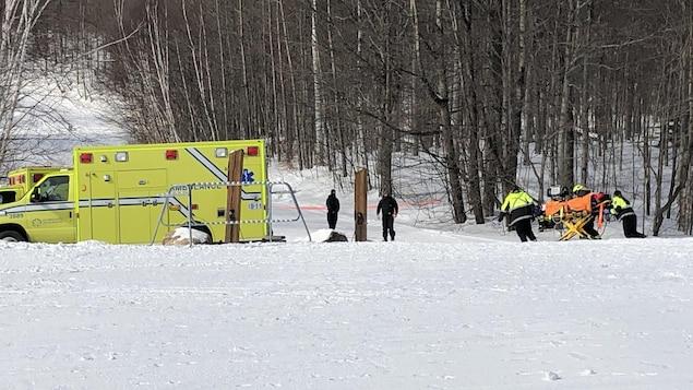 Une civière est amenée vers une ambulance au pied du Mont-Ste-Anne.
