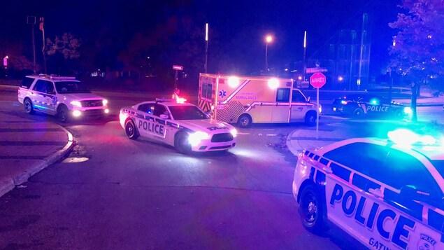 Des véhicules du Service de police de la Ville de Gatineau ainsi qu'une ambulance pendant une intervention policière.