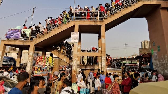 Une foule de voyageurs dans une station de bus à New Delhi.