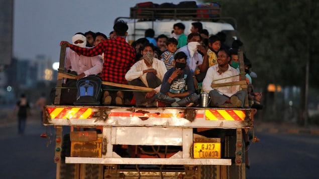 Plusieurs personnes à bord d'un camion