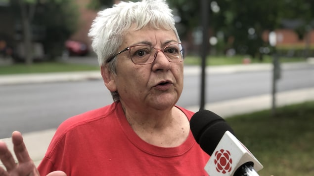 Gisèle Bouvier répond aux questions d'une journaliste à l'extérieur pendant l'été.