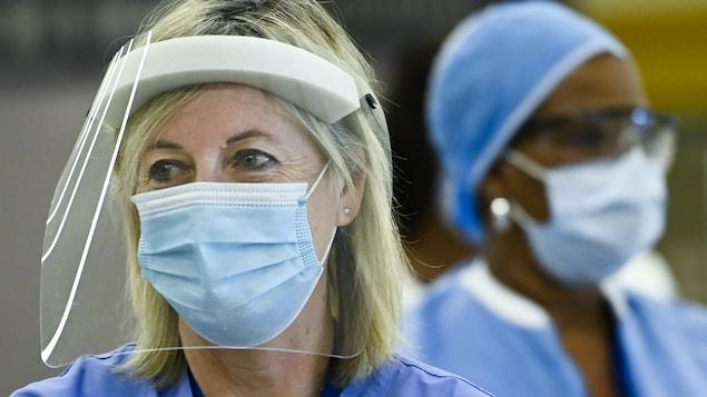 Une infirmière de l'Hôpital Humber River de Toronto portant un masque et une visière.