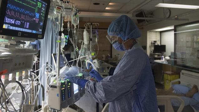 Infirmière dans un hôpital, à côté d'un patient.