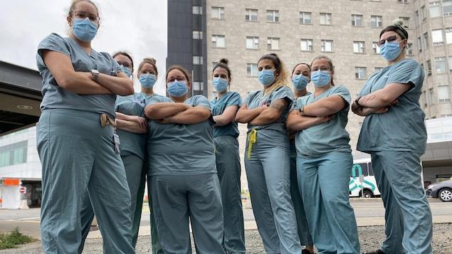 Des infirmières devant l'Hôtel-Dieu de Lévis.