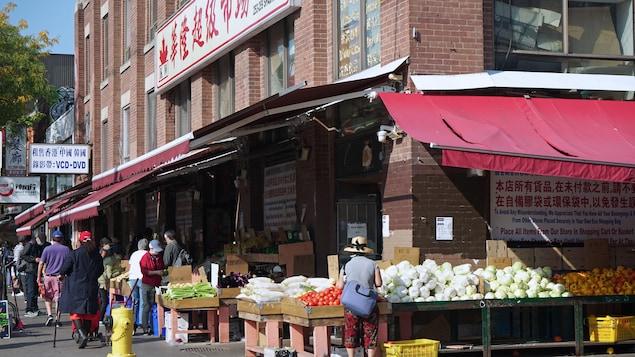 Toronto, la ciudad más grande de Canadá, tiene una gran población inmigrante y un amplio distrito comercial étnico en el centro. En esta foto del 25 de septiembre de 2020, tiendas asiáticas con puestos en la acera.