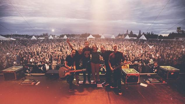 Le groupe Simple Plan sur la scène du festival Innu Nikamu, devant une foule en délire.